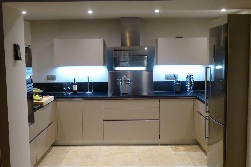 cuisine moderne coordonn e des murs et des fa ades couleur champagne plan en granit zimbabouwe noir. Black Bedroom Furniture Sets. Home Design Ideas