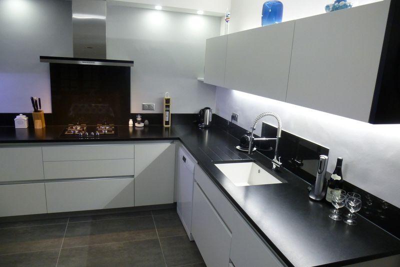 Cuisine en laque sans poign e alliance du blanc pur et du noir absolu cuisine design sur mesure - Cuisine deco design ...